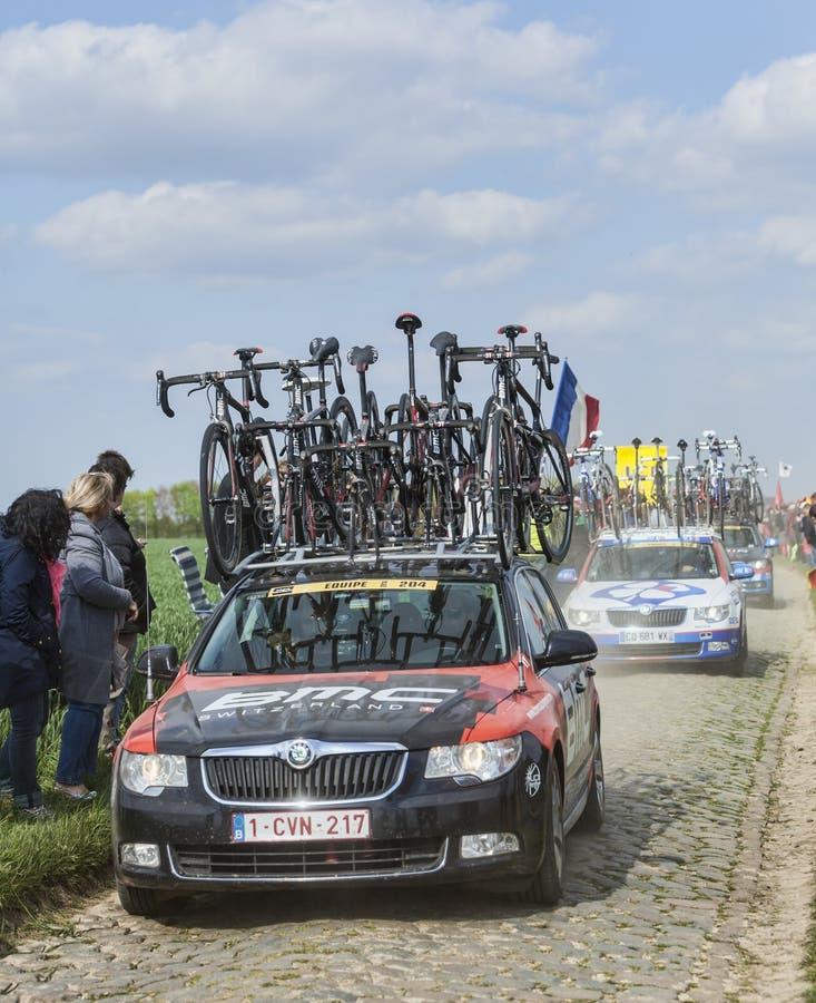 El coche del equipo que compite con de BMC en los caminos del ciclo de París Roubaix fotografía de archivo libre de regalías
