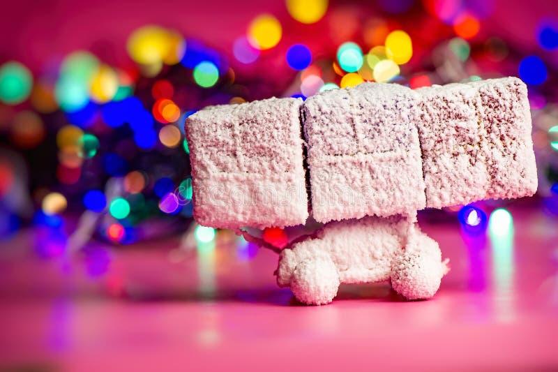 El coche del juguete cubierto con nieve lleva los regalos del Año Nuevo contra el b imagen de archivo libre de regalías