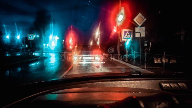 El coche en el camino, las luces de la intersección del camino Rusia de la calle imagen de archivo libre de regalías
