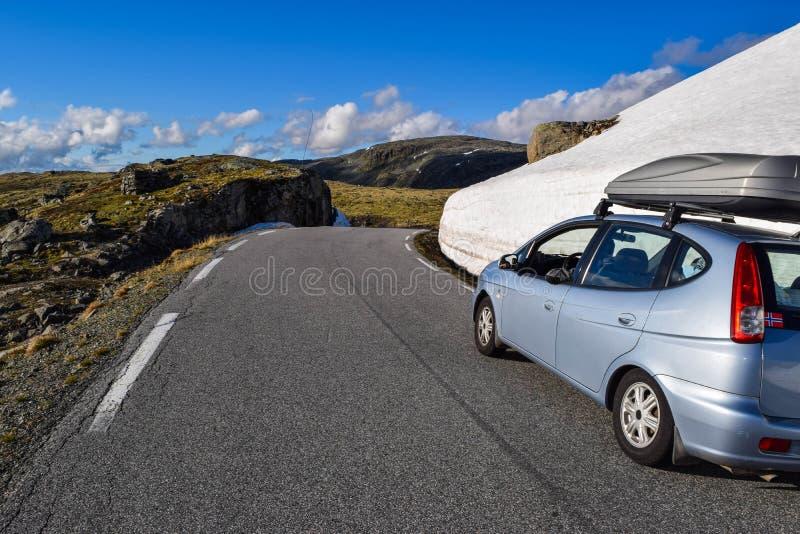 El coche en la carretera nacional de nieve turística Aurlandsvegen, Noruega imagenes de archivo