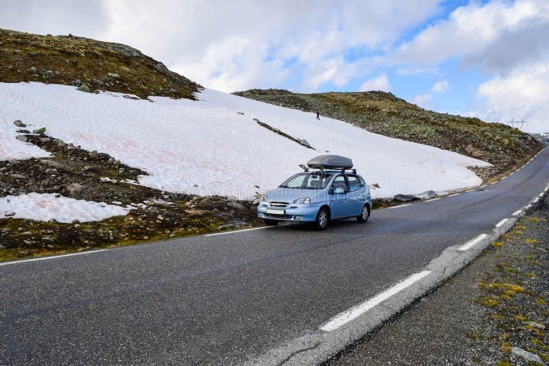 El coche en la carretera nacional de nieve turística Aurlandsvegen, Noruega fotografía de archivo libre de regalías