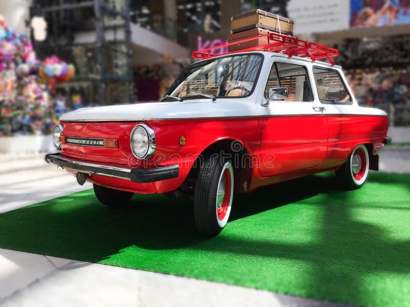 el coche es modelo blanco y rojo, viejo imágenes de archivo libres de regalías