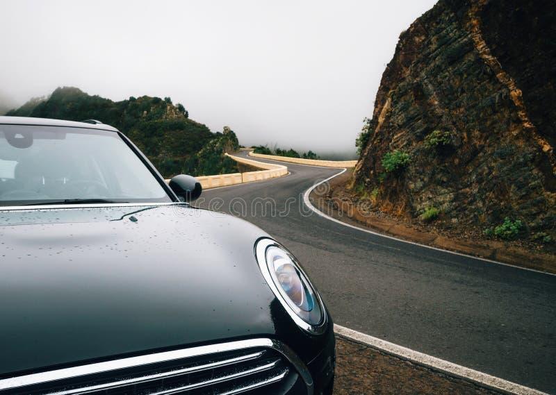 El coche está en la carretera con curvas fotografía de archivo