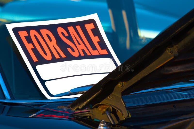 El coche mont? en venta la muestra fotografía de archivo