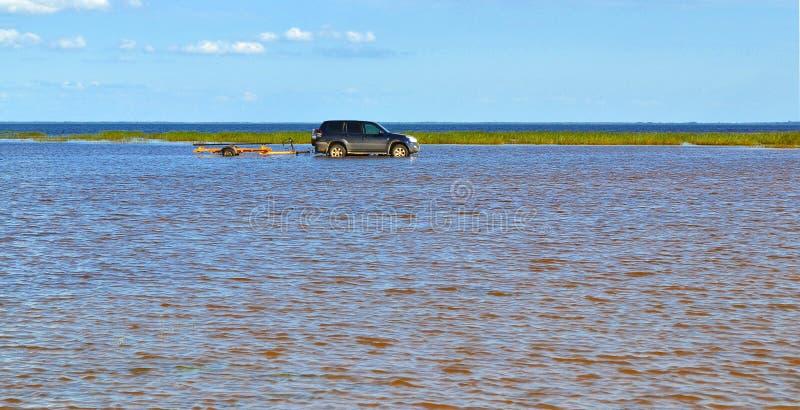 El coche que va en el lago fotografía de archivo libre de regalías