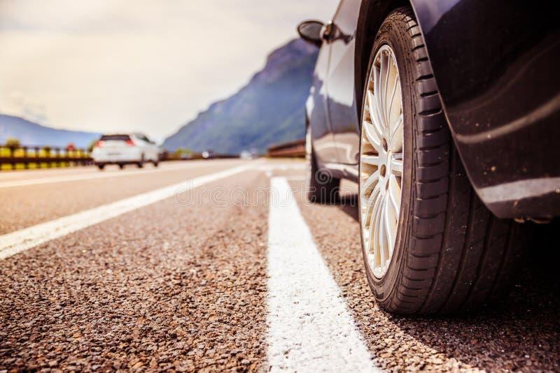 El coche se está colocando en el carril de la avería, el asfalto y el neumático, Italia fotos de archivo