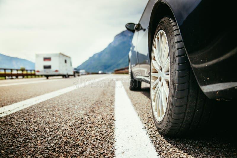 El coche se está colocando en el carril de la avería, el asfalto y el neumático, Italia imagen de archivo libre de regalías