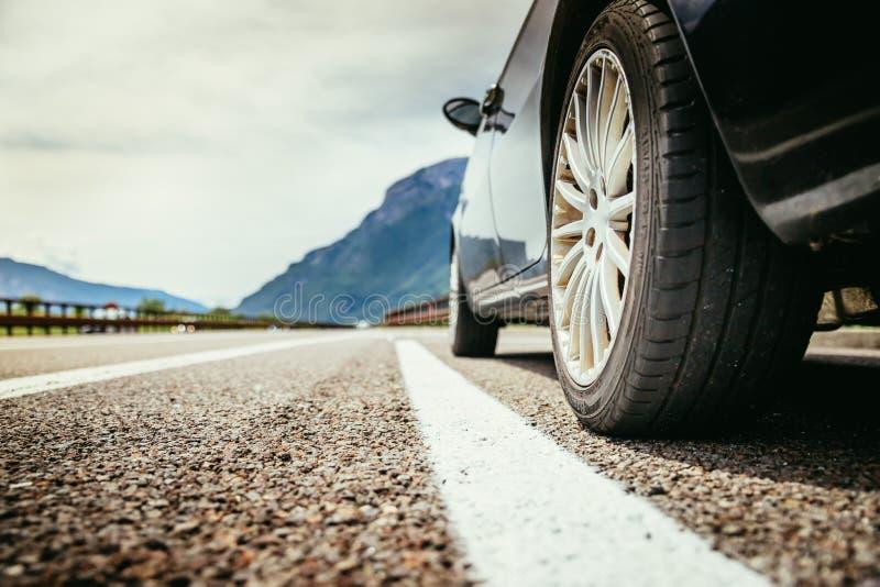 El coche se está colocando en el carril de la avería, el asfalto y el neumático, Italia foto de archivo libre de regalías
