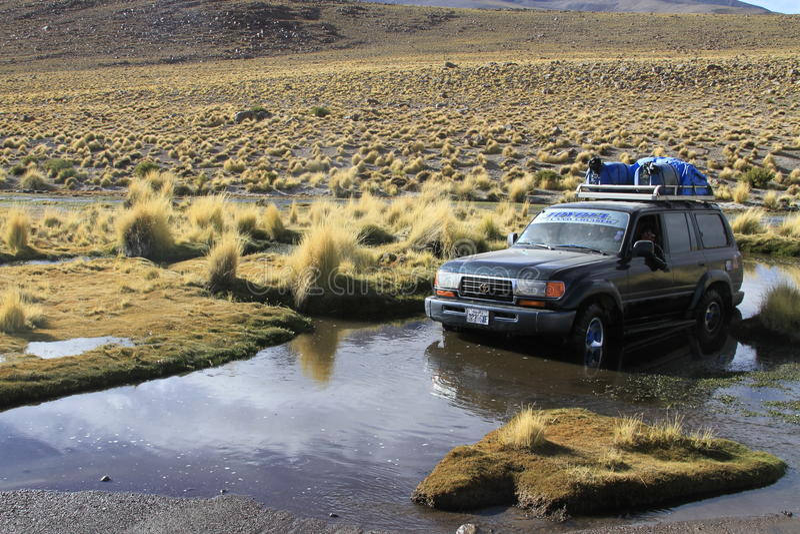 El coche se pegó en el agua, Eduardo Alveroa, Uyuni Bolivia fotografía de archivo libre de regalías