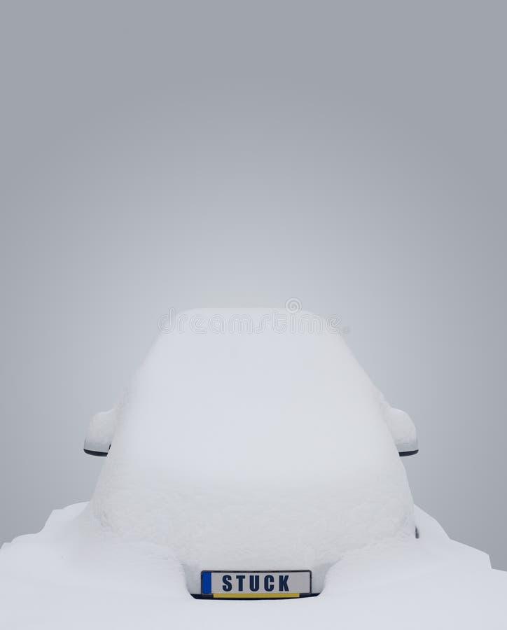 El coche se pegó en nieve fotos de archivo