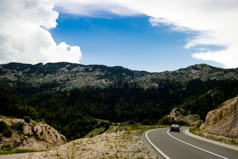 El coche solo en el camino en Montenegro imagen de archivo libre de regalías