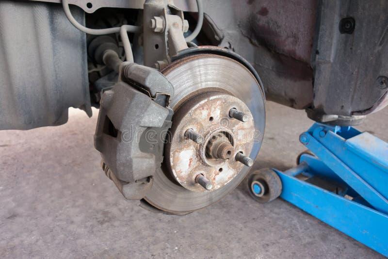 El coche toma la rueda de disco de freno de la demostración y del montaje del calibrador imagen de archivo