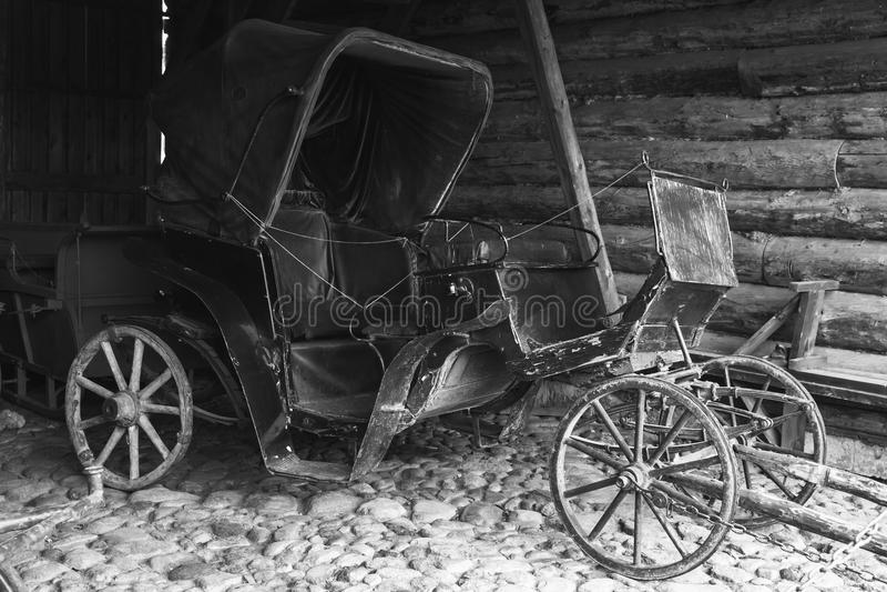 El coche vacío del negro del vintage se coloca en garaje rural imagenes de archivo