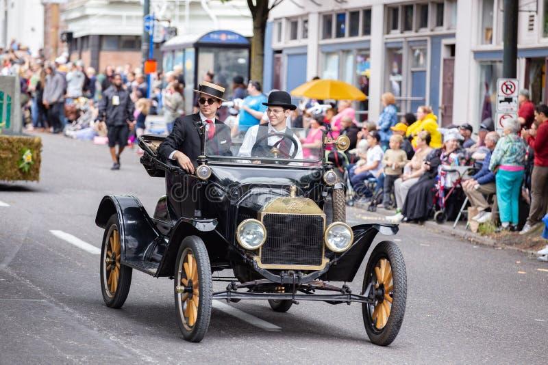 El coche viejo del vado del vintage antiguo con la gente se vistió en trajes históricos imagenes de archivo