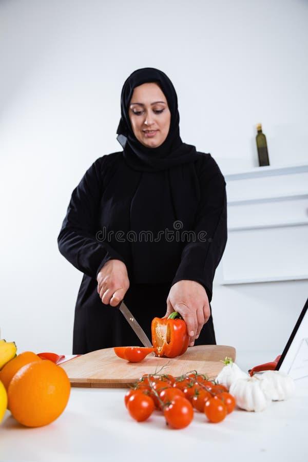 El cocinar árabe de la mujer foto de archivo