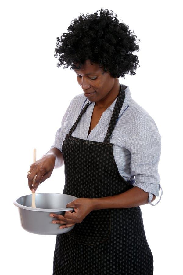 El cocinar africano del ama de casa imagen de archivo