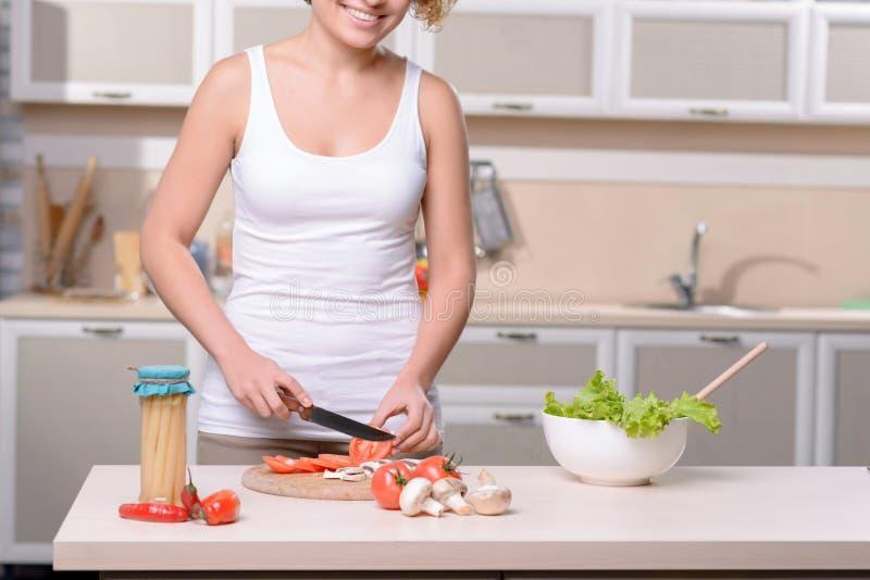 El cocinar agradable de la mujer imagen de archivo libre de regalías