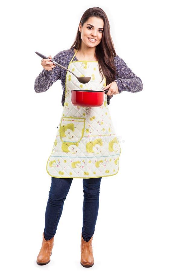 El cocinar bonito del ama de casa foto de archivo