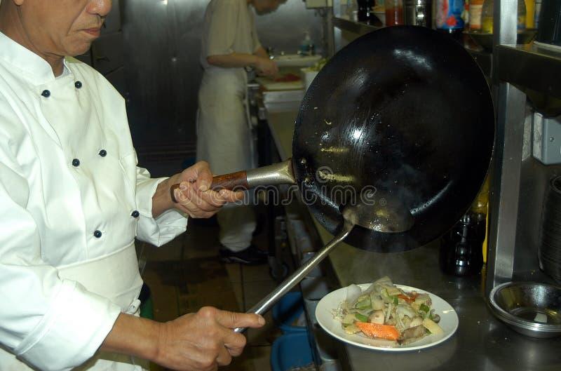 El cocinar chino del cocinero imágenes de archivo libres de regalías