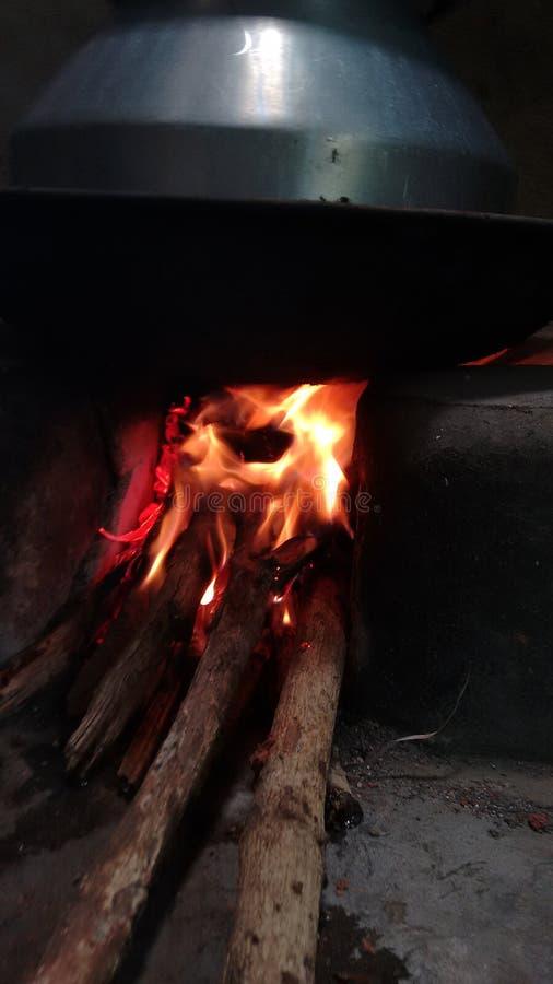 El cocinar con madera del fuego imágenes de archivo libres de regalías