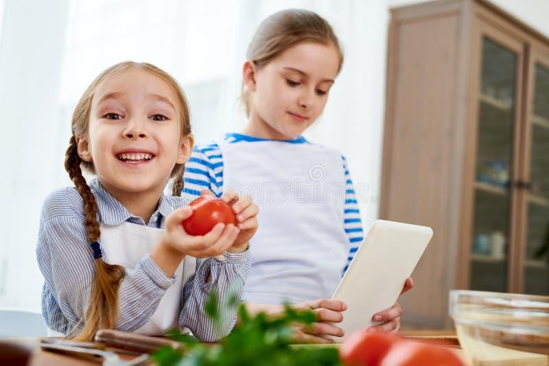 El cocinar de dos hermanas imagen de archivo libre de regalías