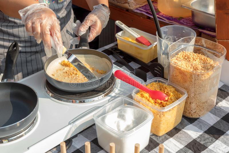 El cocinar de la comida de la calle, haciendo las crepes imágenes de archivo libres de regalías