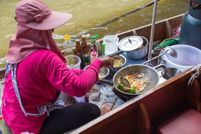 El cocinar de la comida Cojín-tailandés en el barco en el mercado flotante de Damnoen Saduak imagen de archivo libre de regalías
