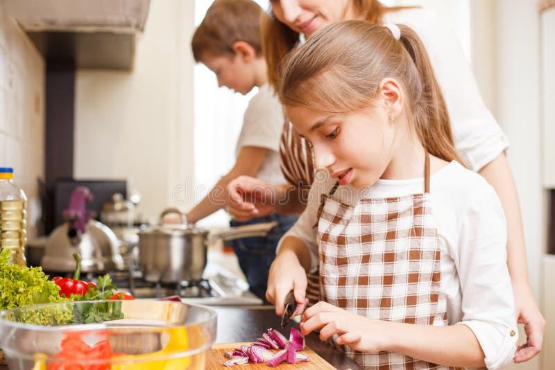 El cocinar de la familia Momia y niños en la cocina imagenes de archivo
