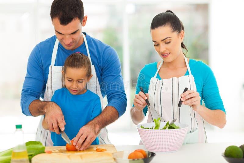El cocinar de la hija del padre imagen de archivo libre de regalías