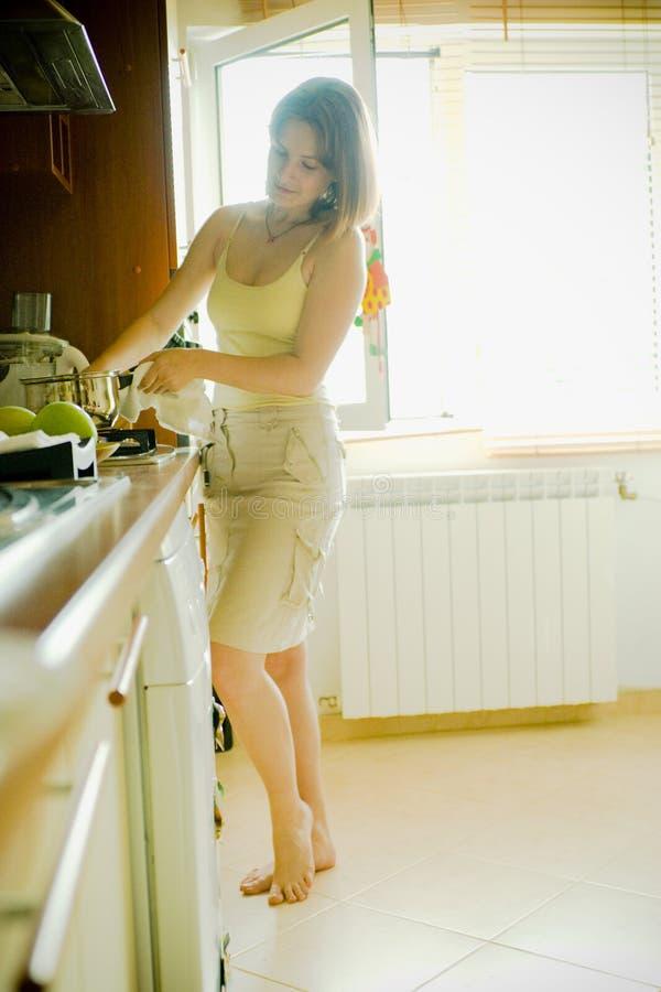 El cocinar de la mujer fotografía de archivo libre de regalías