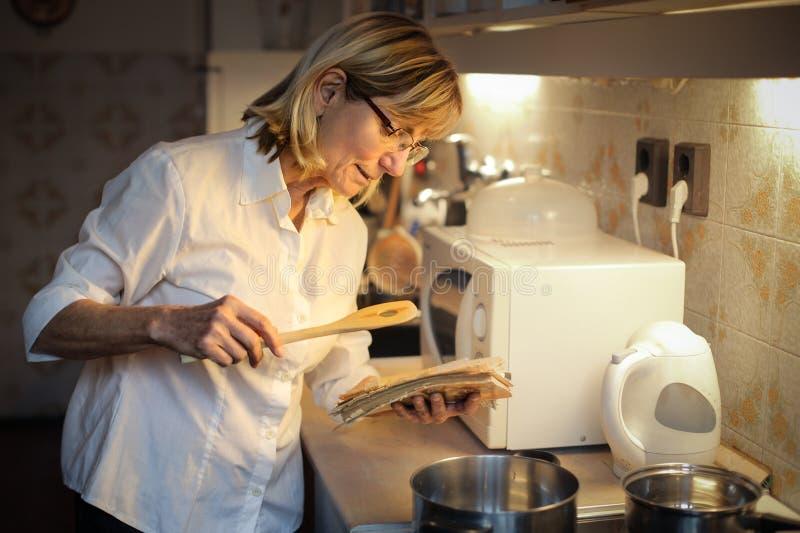 El cocinar de la mujer imagen de archivo libre de regalías