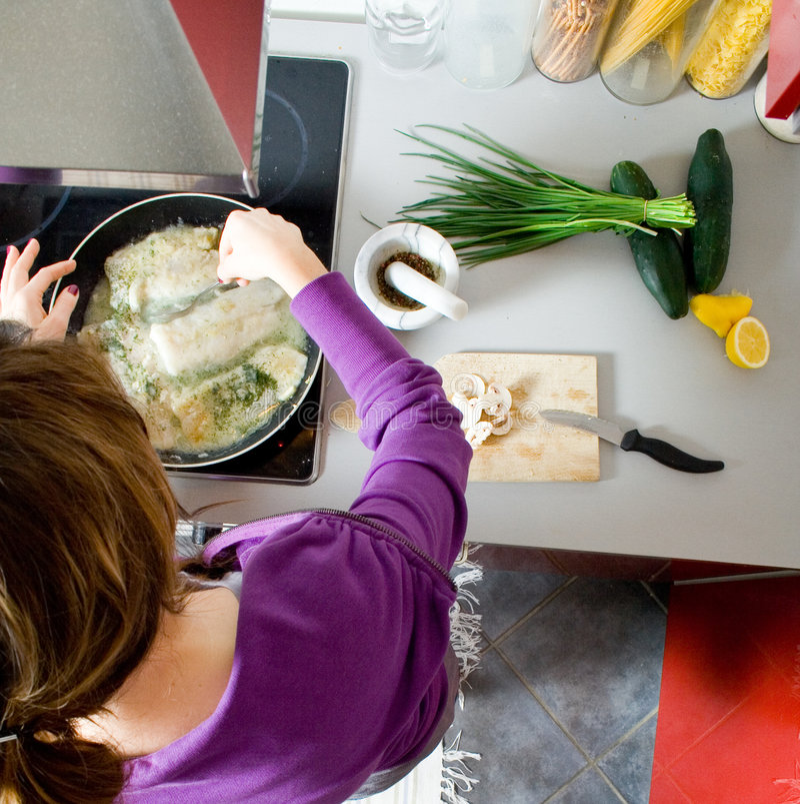 El cocinar de la mujer imagen de archivo