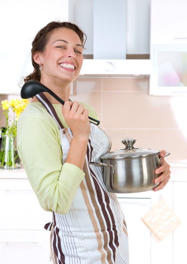 El cocinar de la mujer joven imagen de archivo libre de regalías
