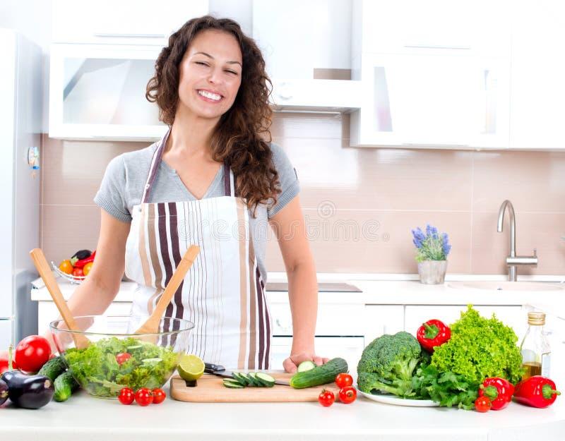 El cocinar de la mujer joven imágenes de archivo libres de regalías