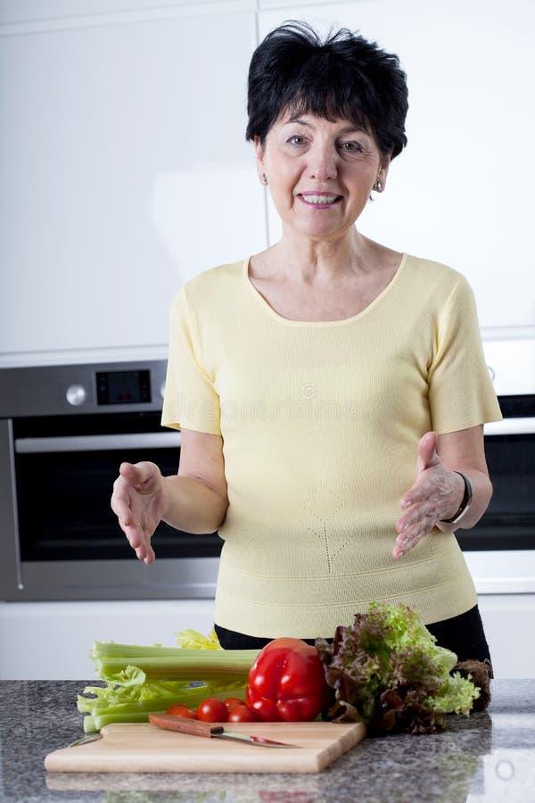 El cocinar de la mujer sano fotos de archivo