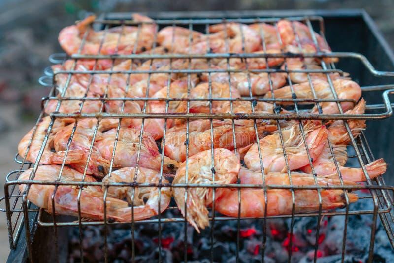 El cocinar de los mariscos de la parrilla imagen de archivo
