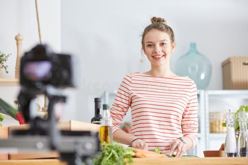 El cocinar del blogger de la comida foto de archivo libre de regalías