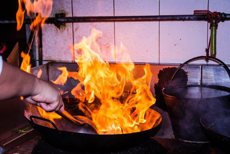El cocinar del fuego de la agitación imágenes de archivo libres de regalías