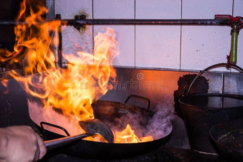El cocinar del fuego de la agitación fotos de archivo