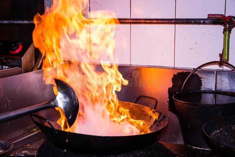 El cocinar del fuego de la agitación fotos de archivo libres de regalías