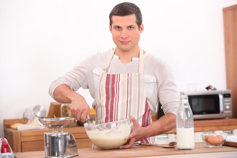 El cocinar del hombre imagen de archivo libre de regalías