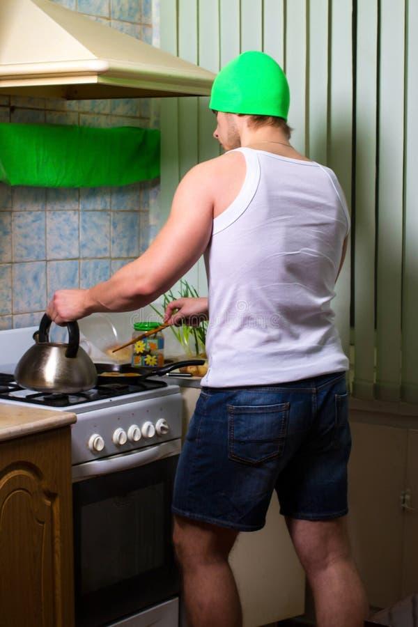 El cocinar del hombre de la aptitud imágenes de archivo libres de regalías
