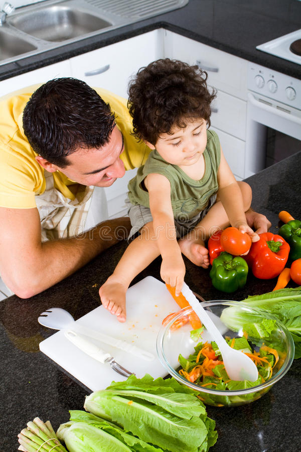 El cocinar del padre y del hijo