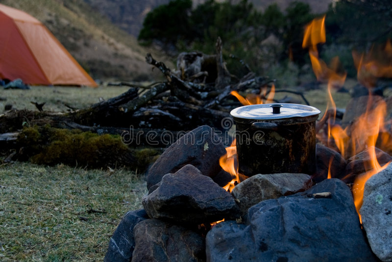 El cocinar del sitio para acampar fotos de archivo