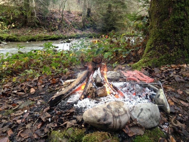 El cocinar en el bosque imágenes de archivo libres de regalías