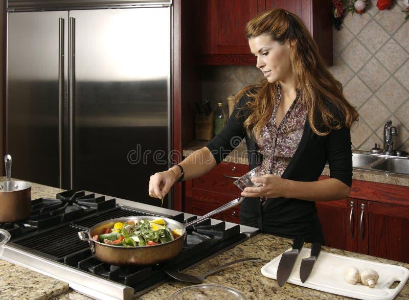 El cocinar en cocina moderna imagen de archivo