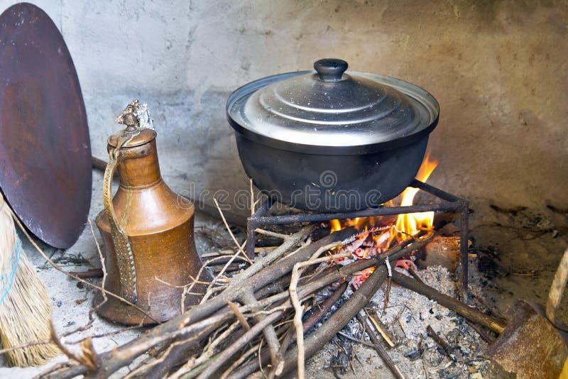 El cocinar en el fuego de madera foto de archivo