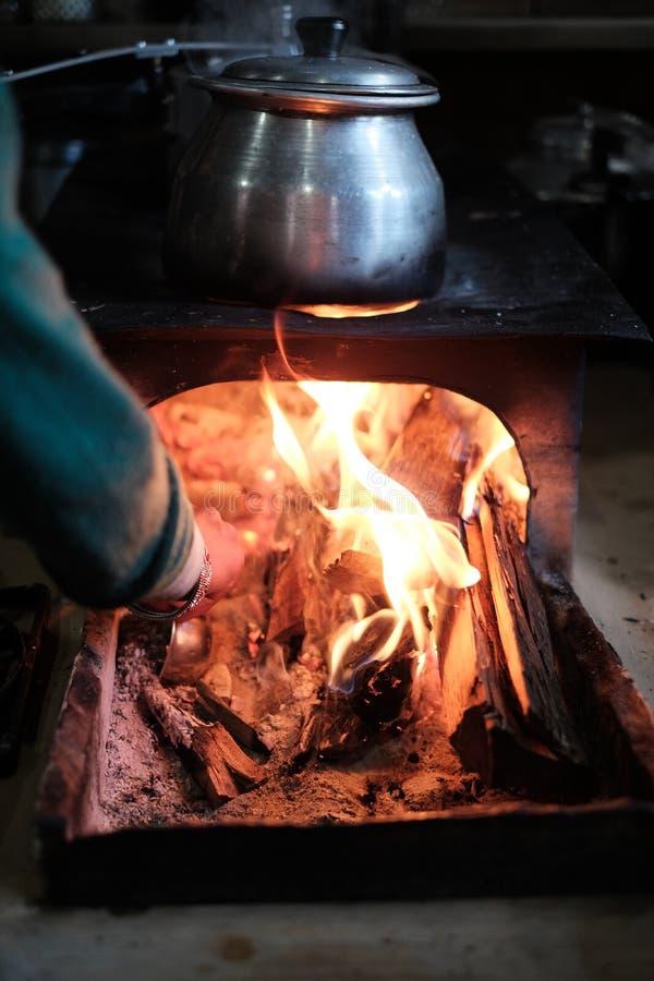 El cocinar en el fuego en Nepal imagenes de archivo
