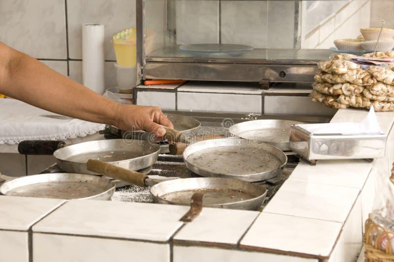 El cocinar en la cocina foto de archivo libre de regalías