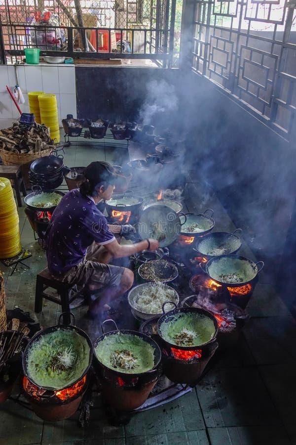 El cocinar en el restaurante tradicional fotos de archivo